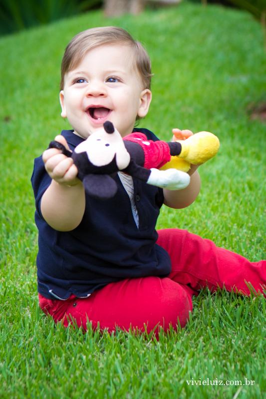 criança sorrindo na grama
