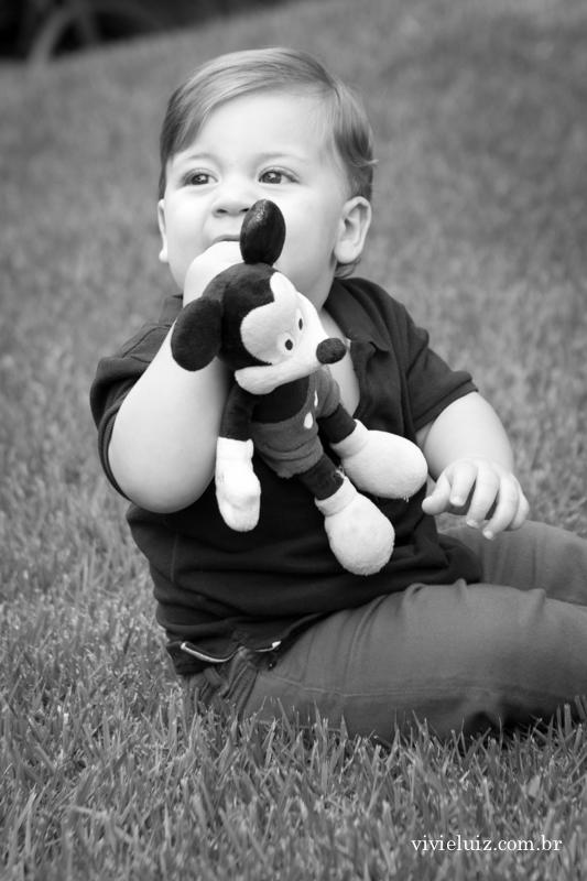 crianca brincando no jardim