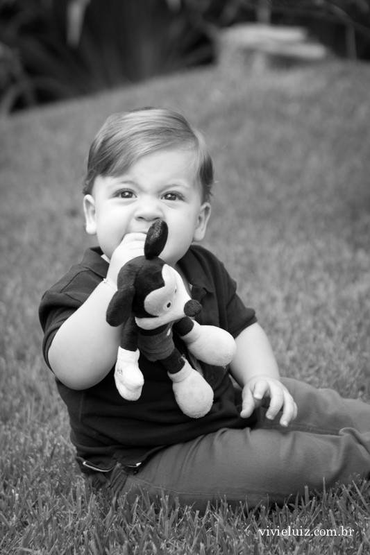 criança brincando no campo