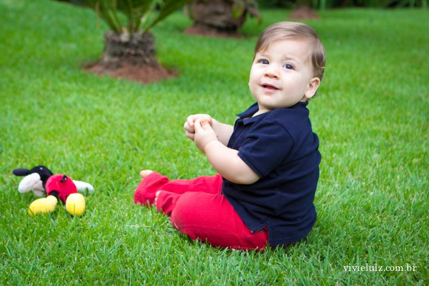 criança no gramado