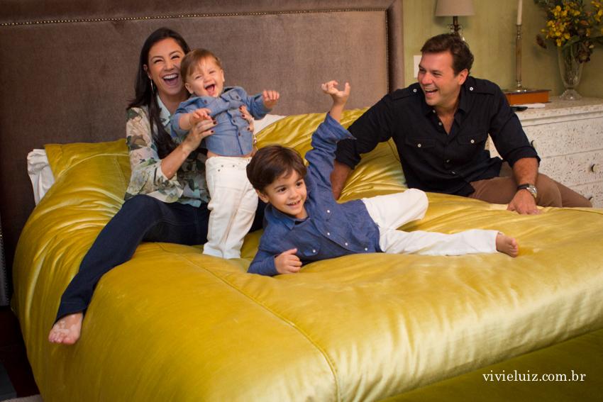 família reunida na cama dos pais