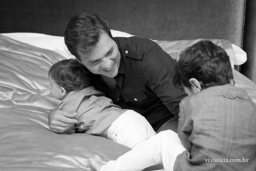 pai brigando na cama com os filhos