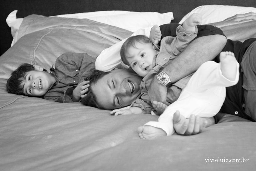 pai sendo amassado pelos filhos