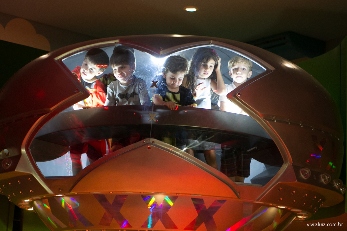 crianças na nave da xuxa em brasilia