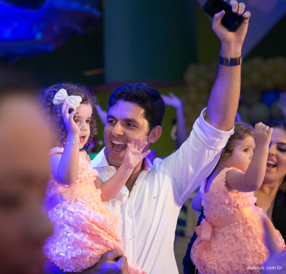 pai e filha se divertindo fotografado por Vivi e Luiz Fotografias