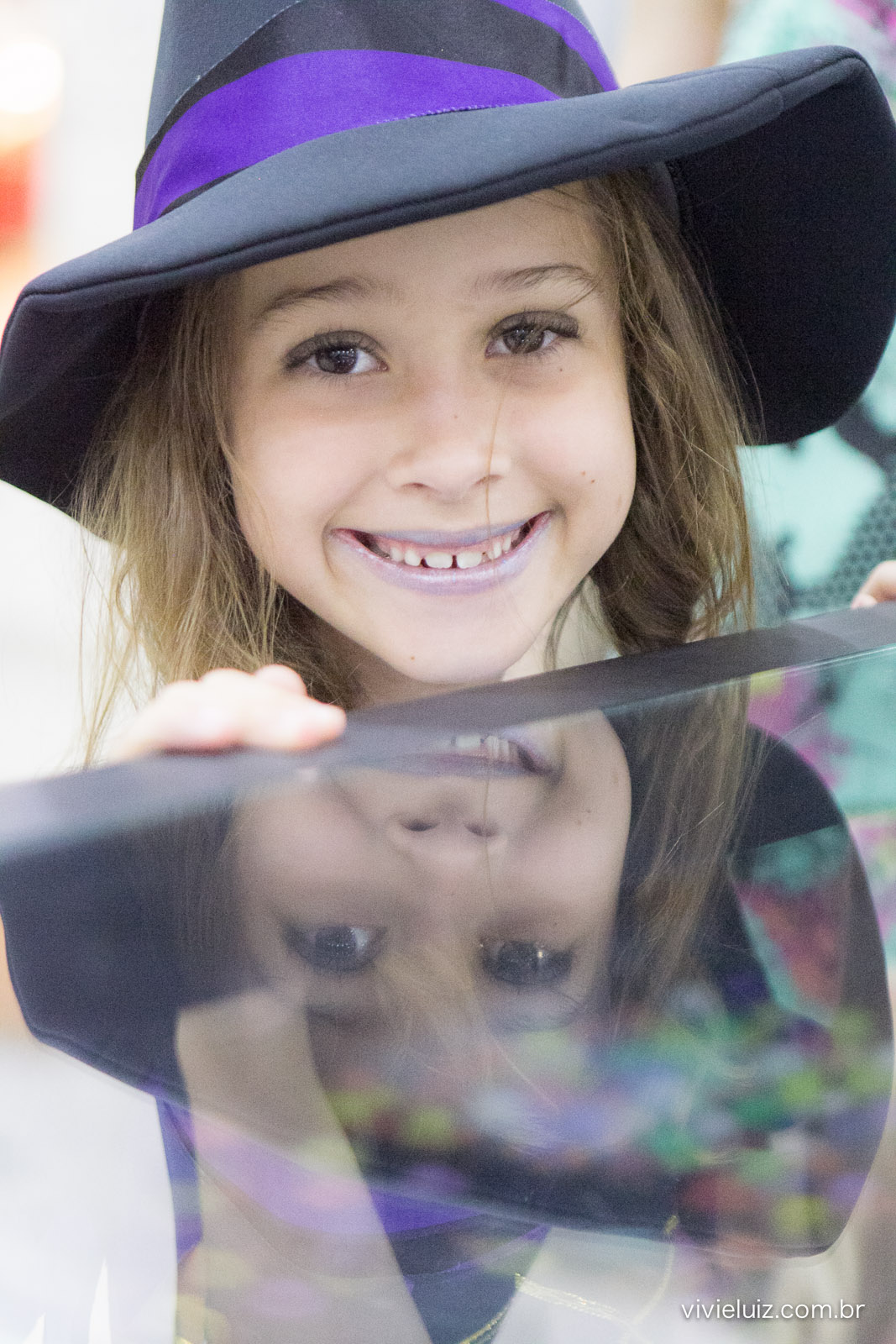 luisa com lindo sorriso e seu reflexo na mesa