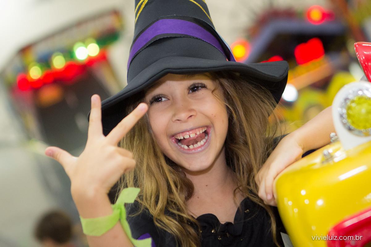 luisa fazendo pose para a foto com chapéu de bruxa