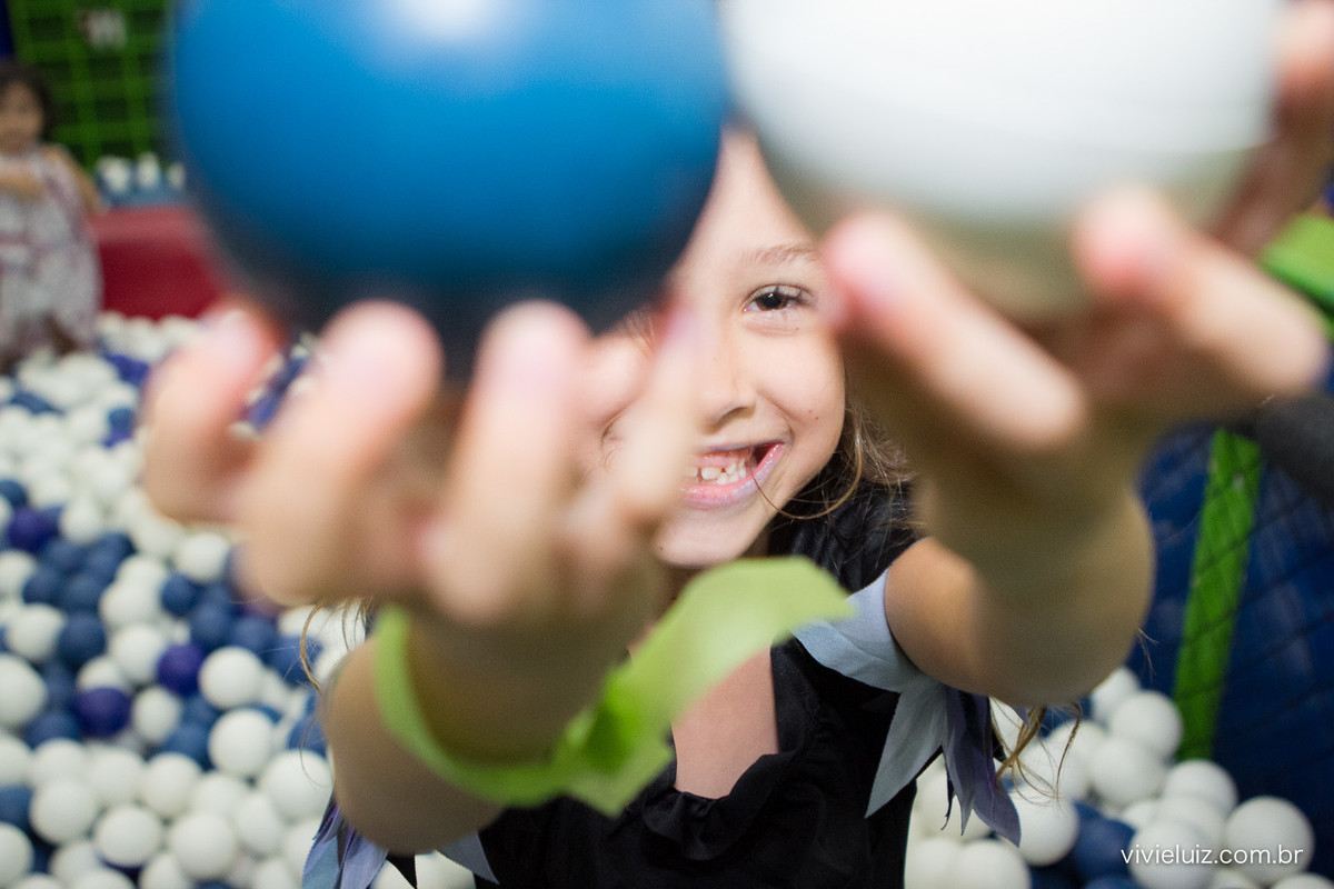 sorriso da luiza entre as bolas da piscina de bolinhas
