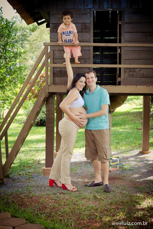 Casal e filho na casa da árvore