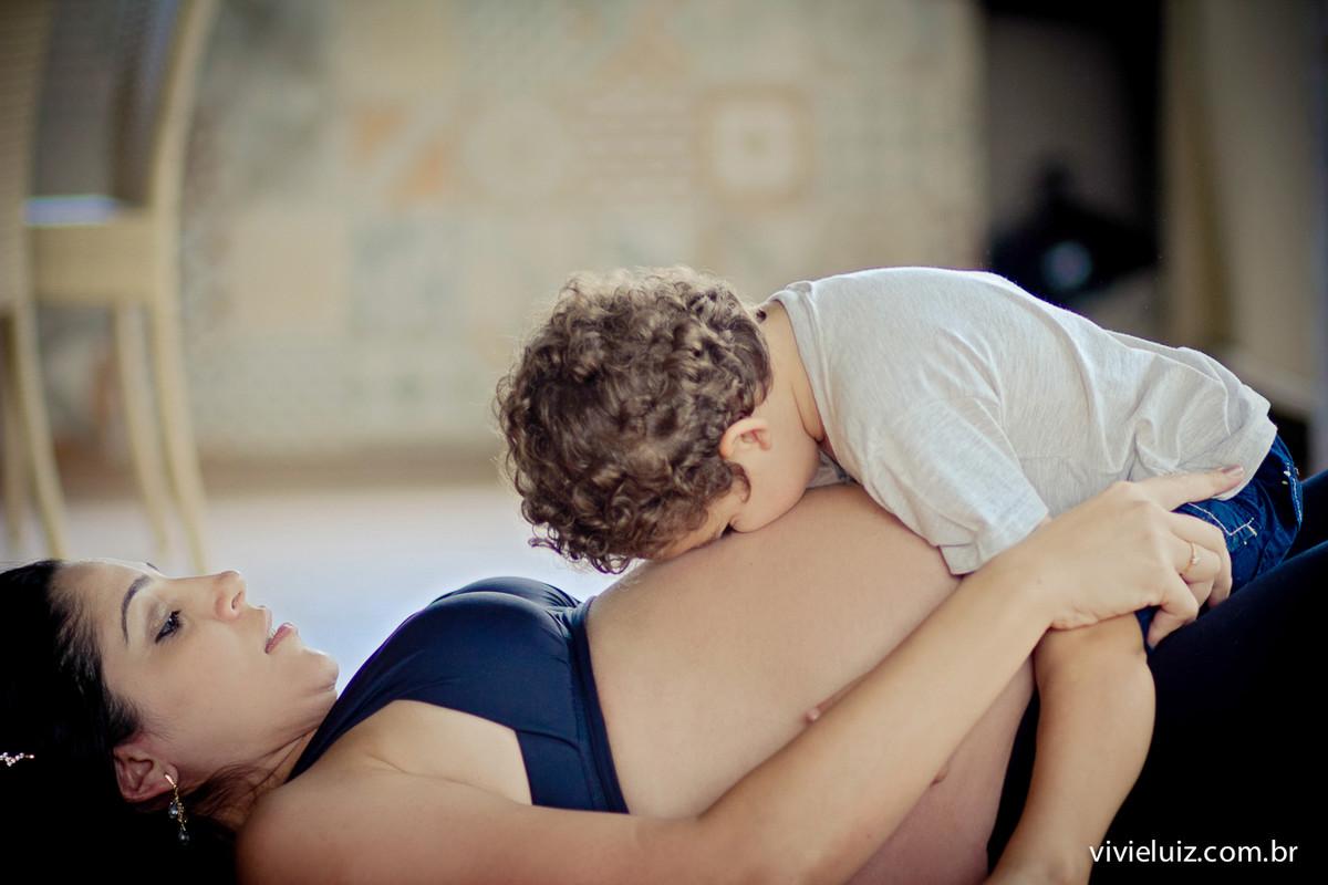 Beijo do filho na barriga da mãe