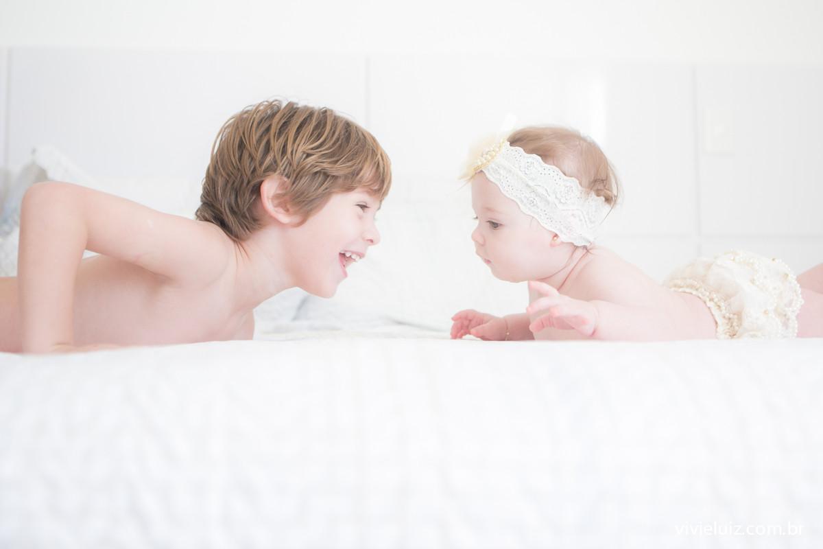 Bebê frente ao irmão