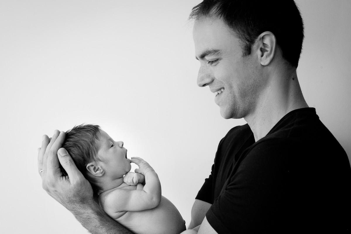 Bebê no colo do pai