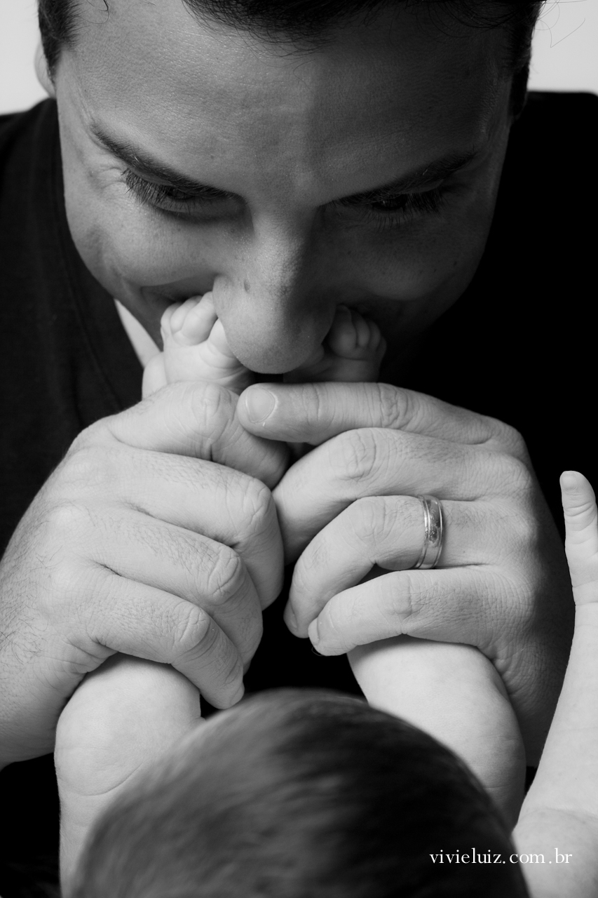 Papai beijando pe do neném