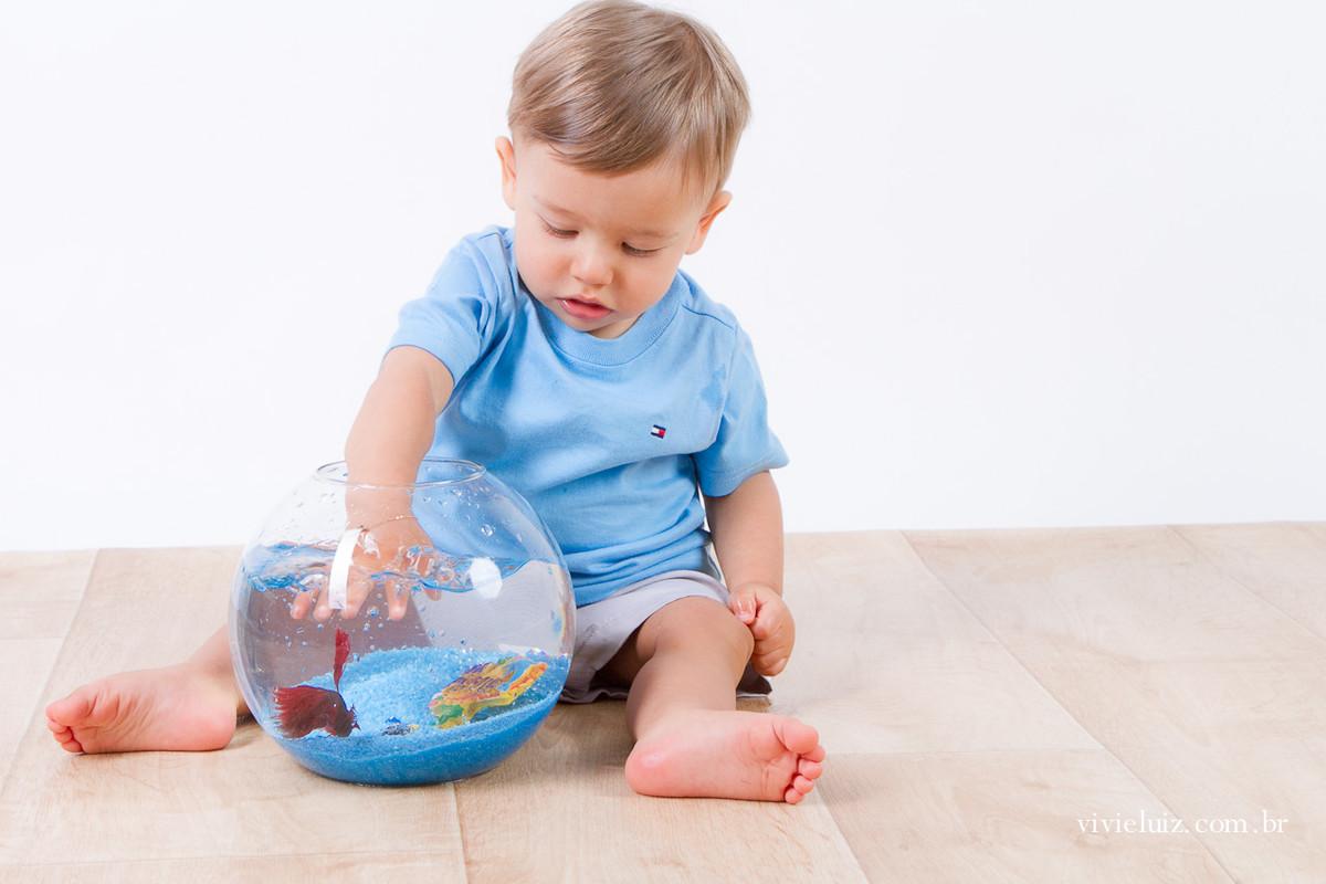 Criança brincando no aquário