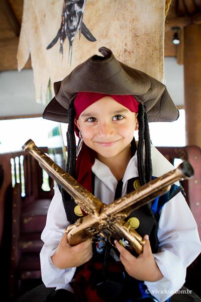 Criança fantasiada de pirata