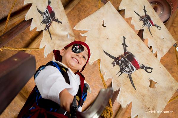 Criança com espada de pirata