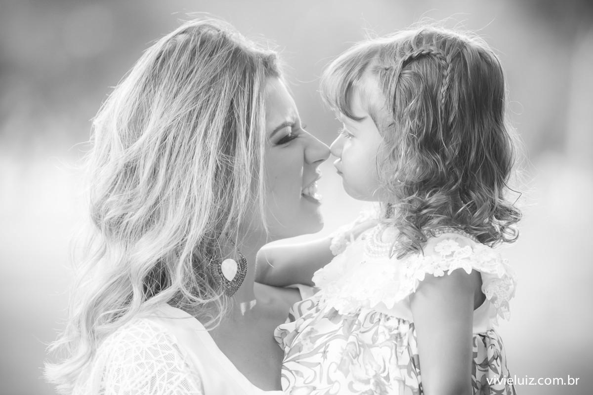 Beijo de esquimó entre mãe e filha