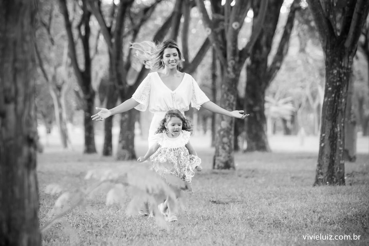 Mãe filha correndo
