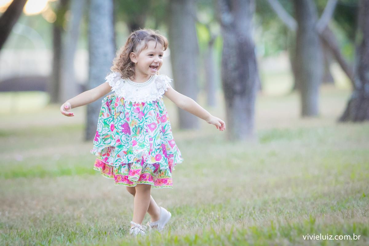 Criança dançando na grama