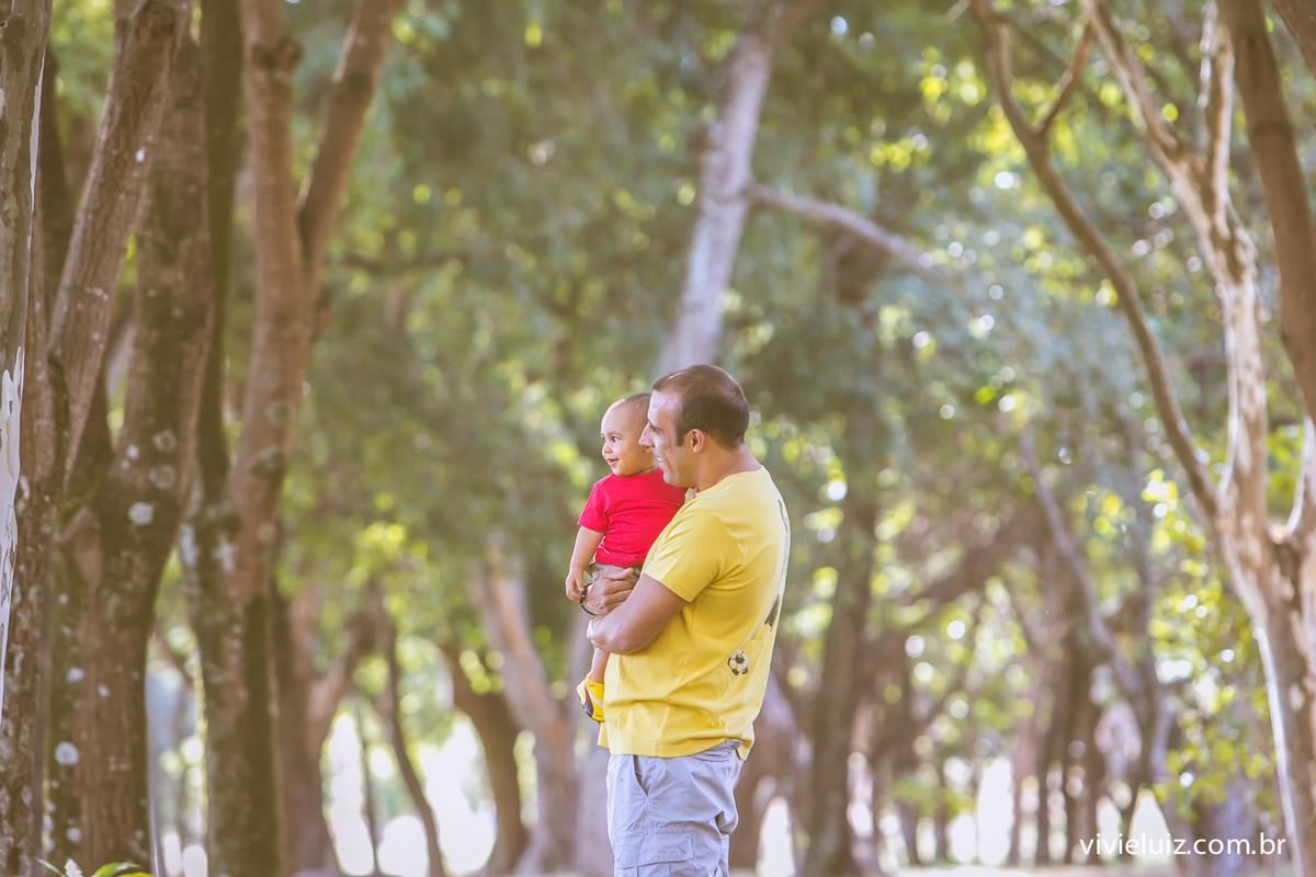 pai e filhos abraçado