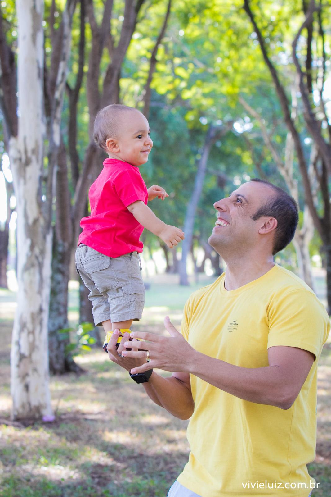 Pai fazendo durinho com o filho