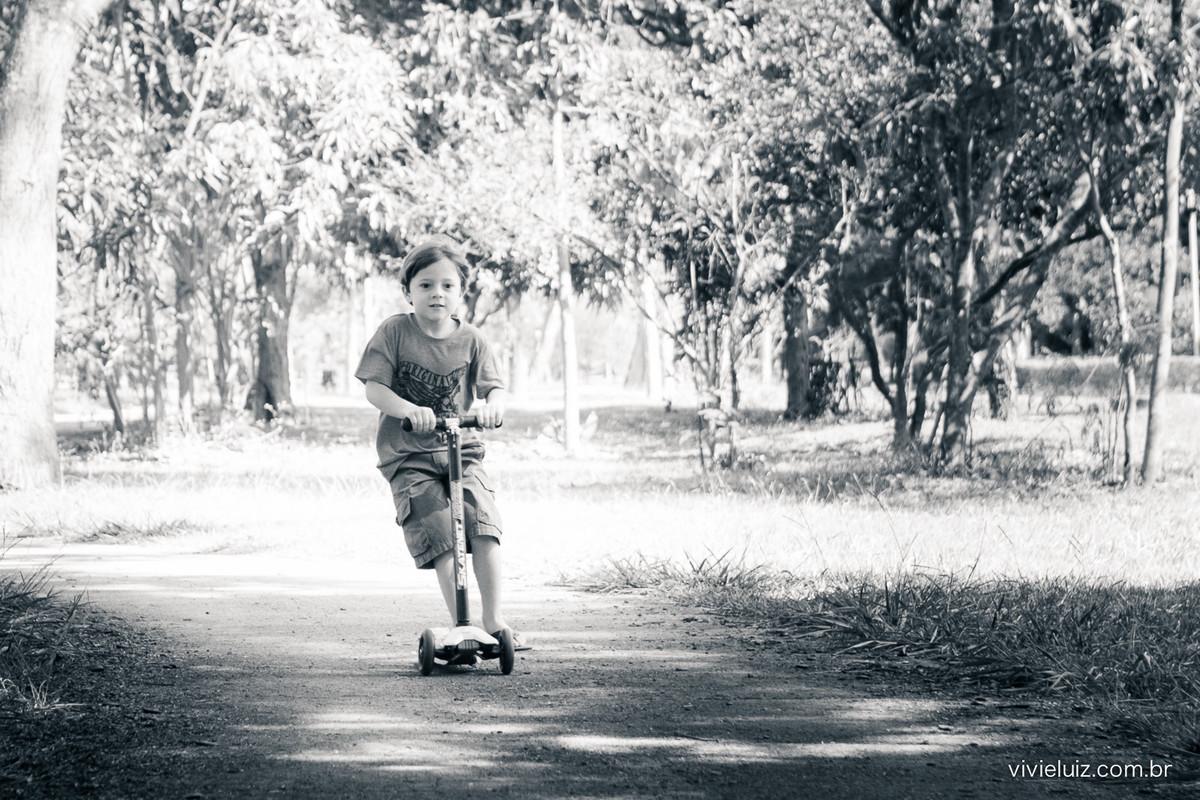 Criança andando de patinete