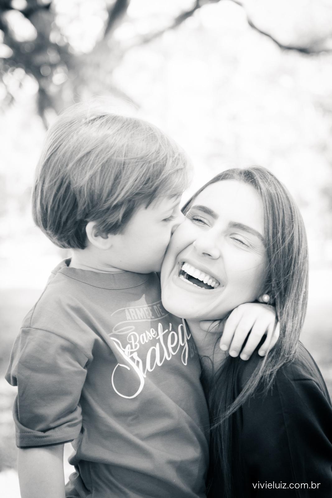 Filho beijando a mãe