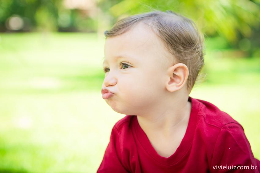 Criança fazendo bico