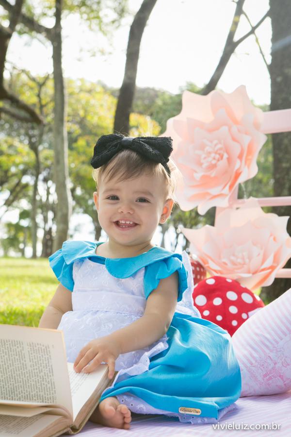 Criança com fantasia da Alice