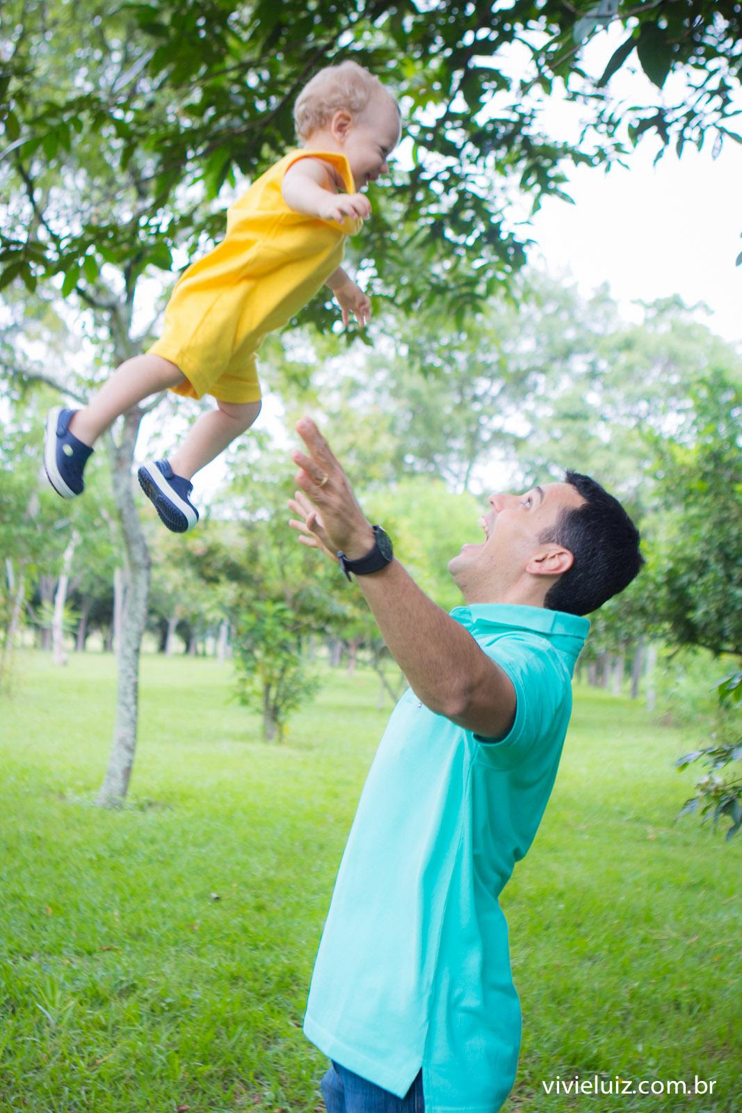 Pai jogando filho para cima