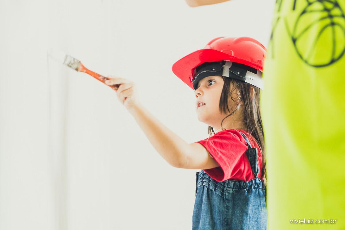 Criança pintando parede