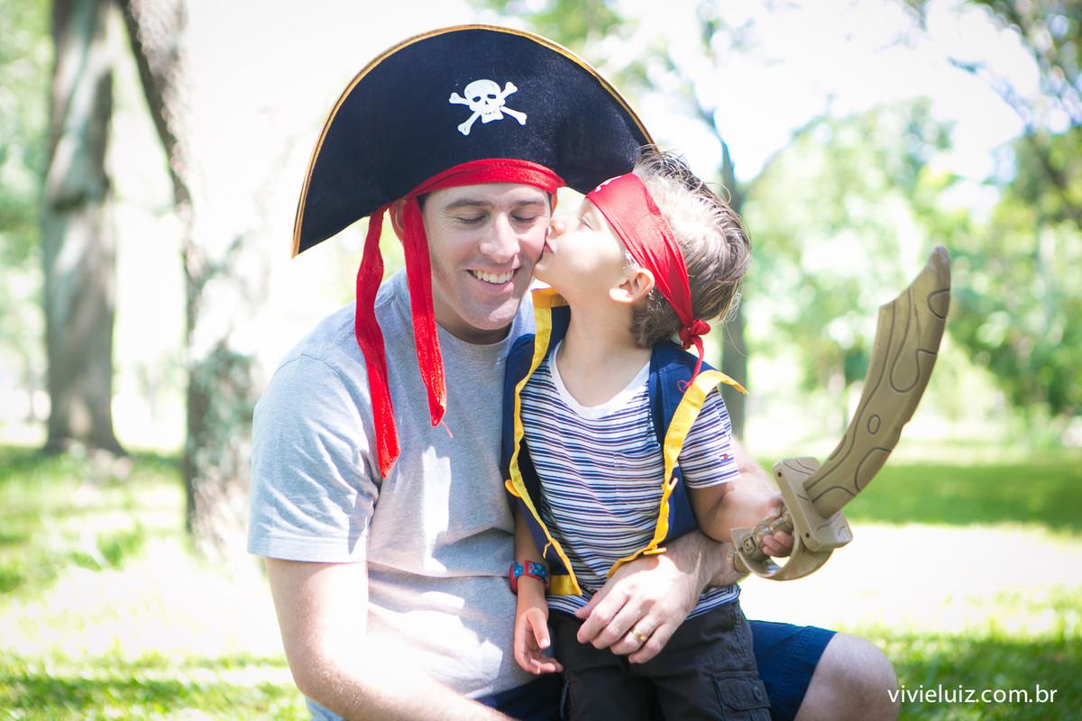 Pai filho vestido de pirata
