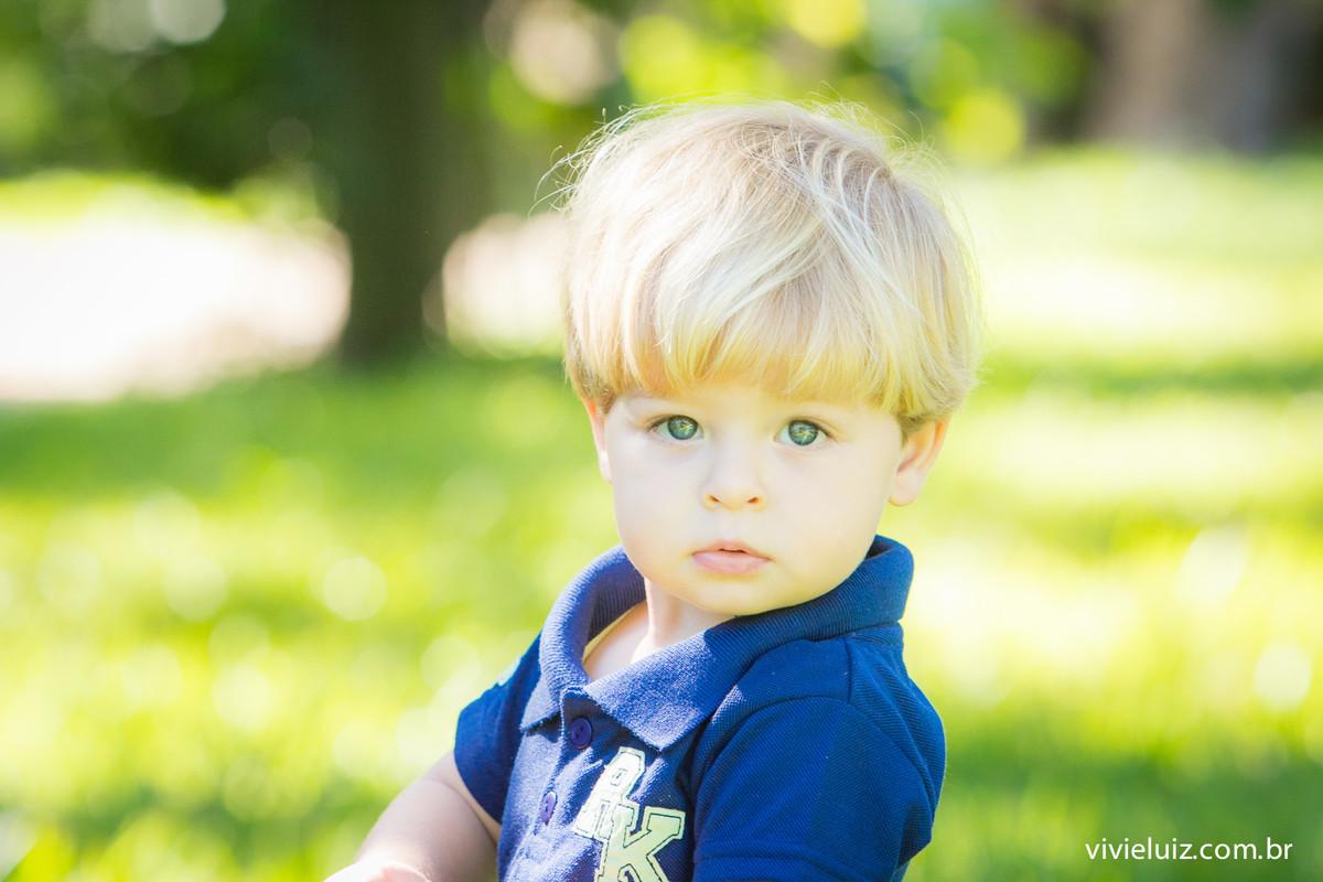 Menino loiro de olho azul