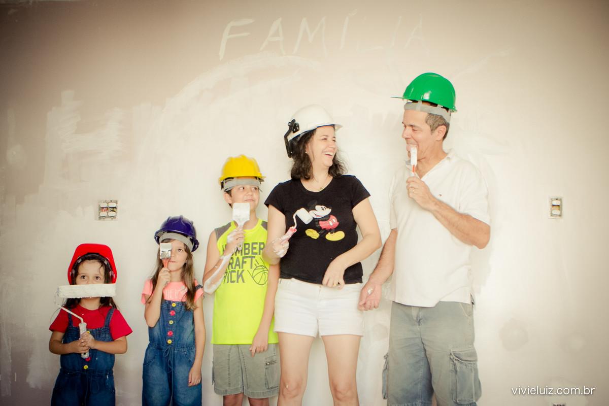Família pintando a casa