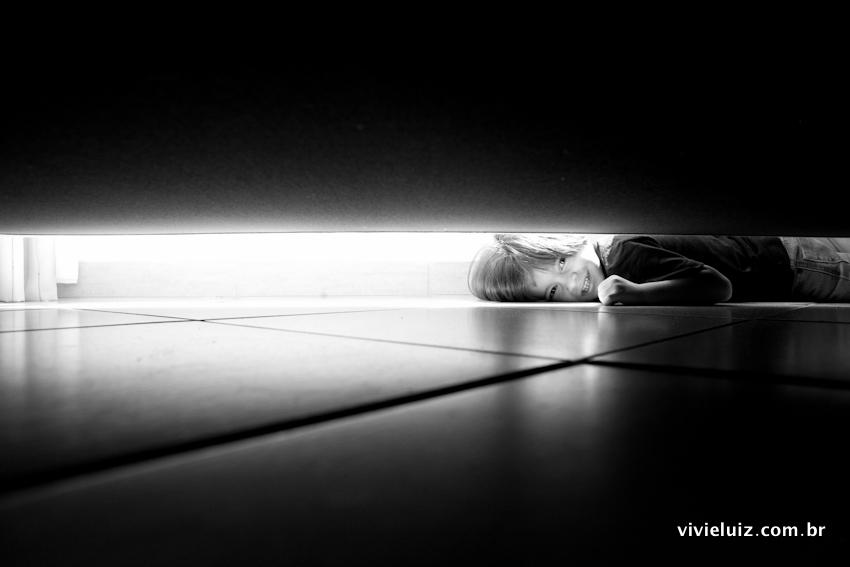 Criança embaixo do sofá
