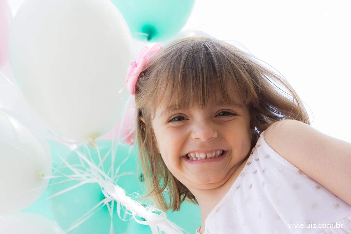 Menina com balões verde e branco