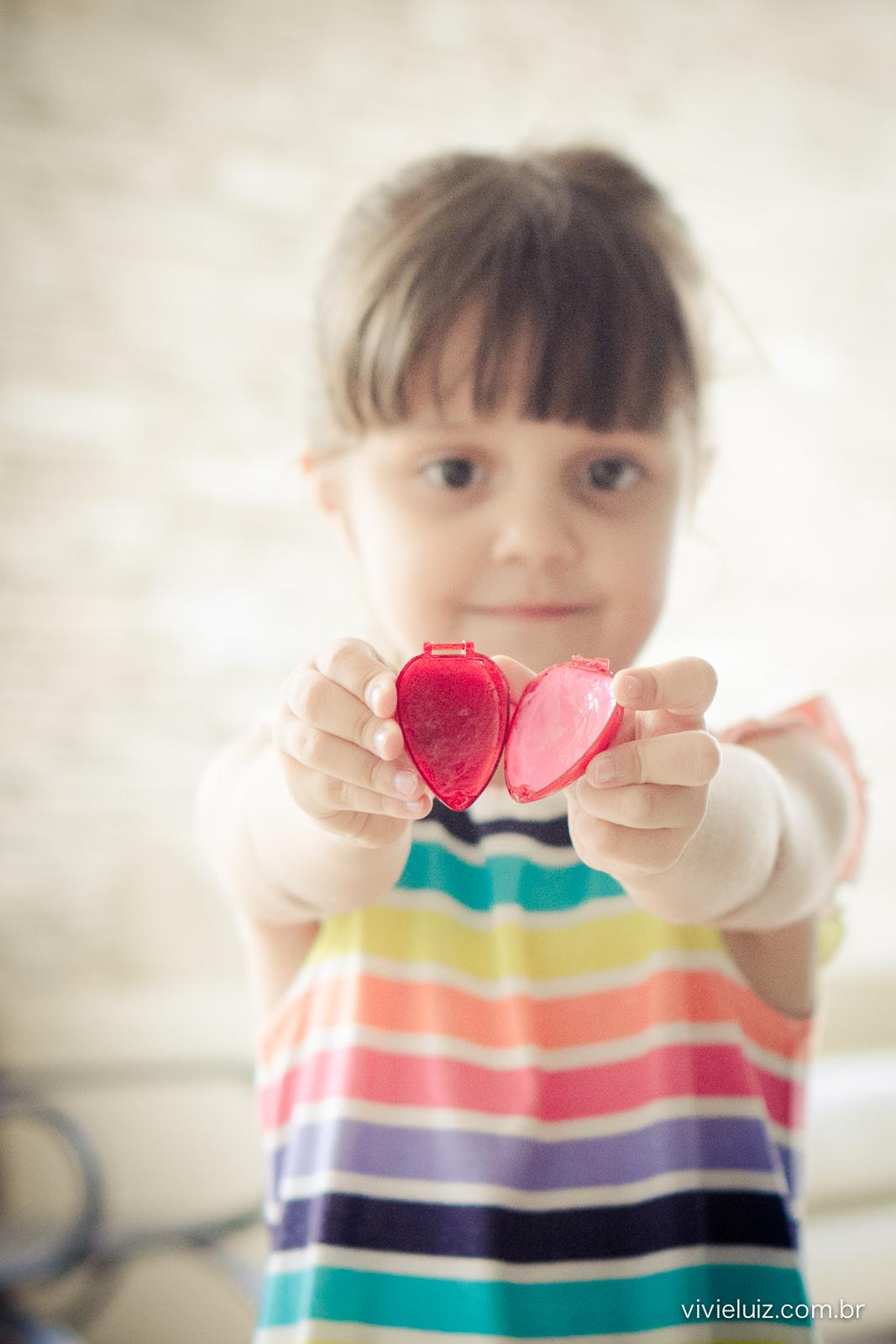 Menina com batom de coração