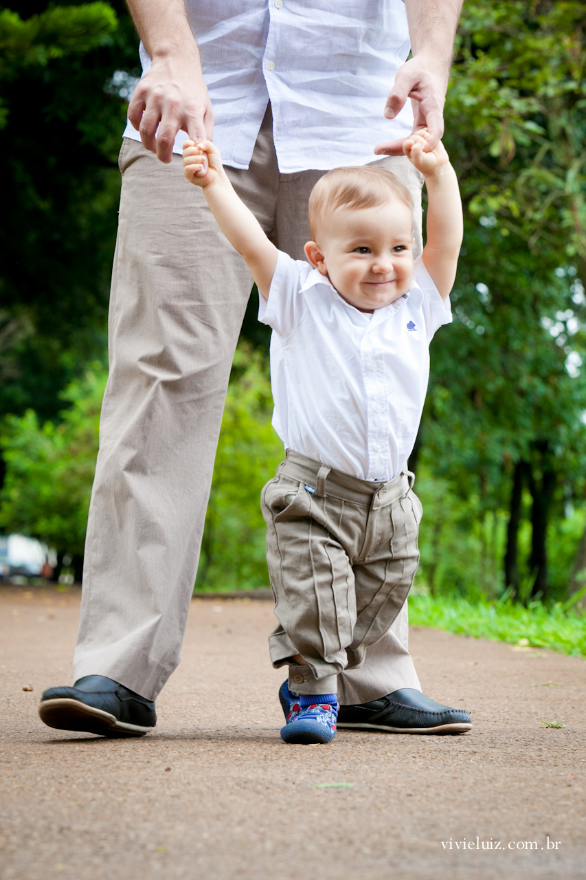 Pai levando filho para passear com as mãos