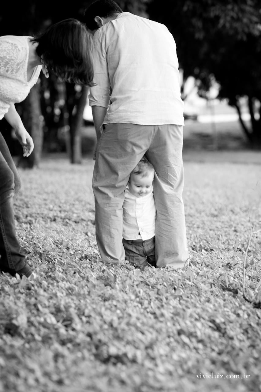 Filho passando por debaixo da perna