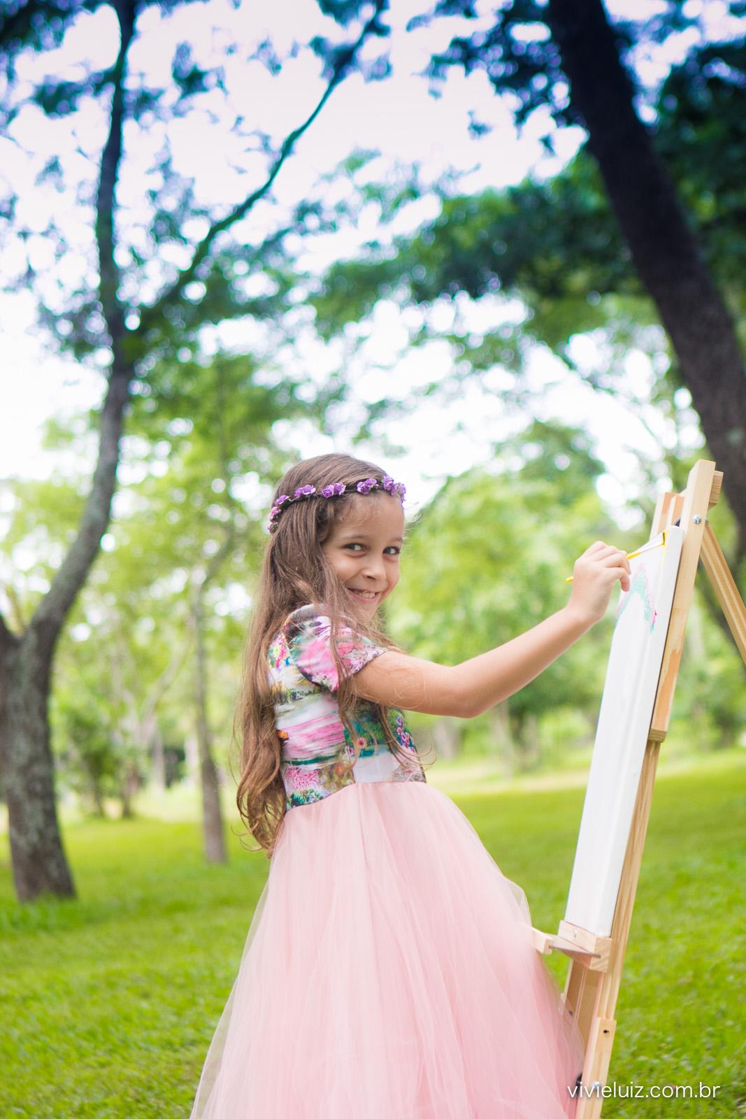 Menina desenhando no campo