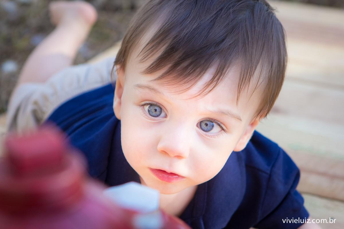 crianças de olhos azuis