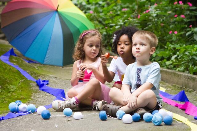 crianças brincando com bolha de sabao