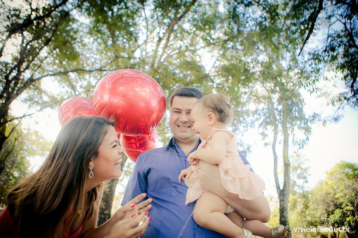 mae e pai brigando com filha com balão vermelho