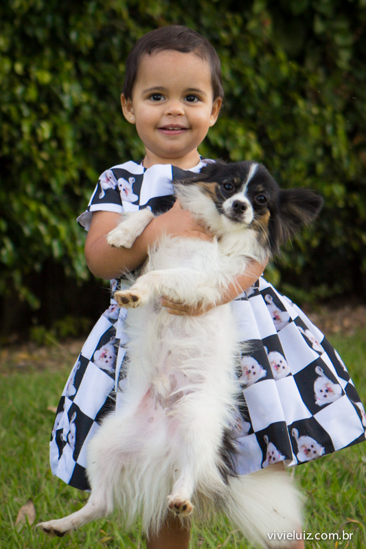 menina segurando cachorro