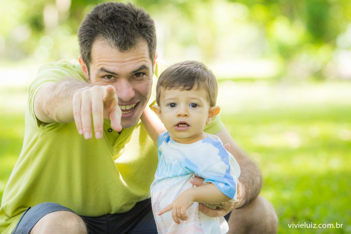 pai e filho apontado para frente