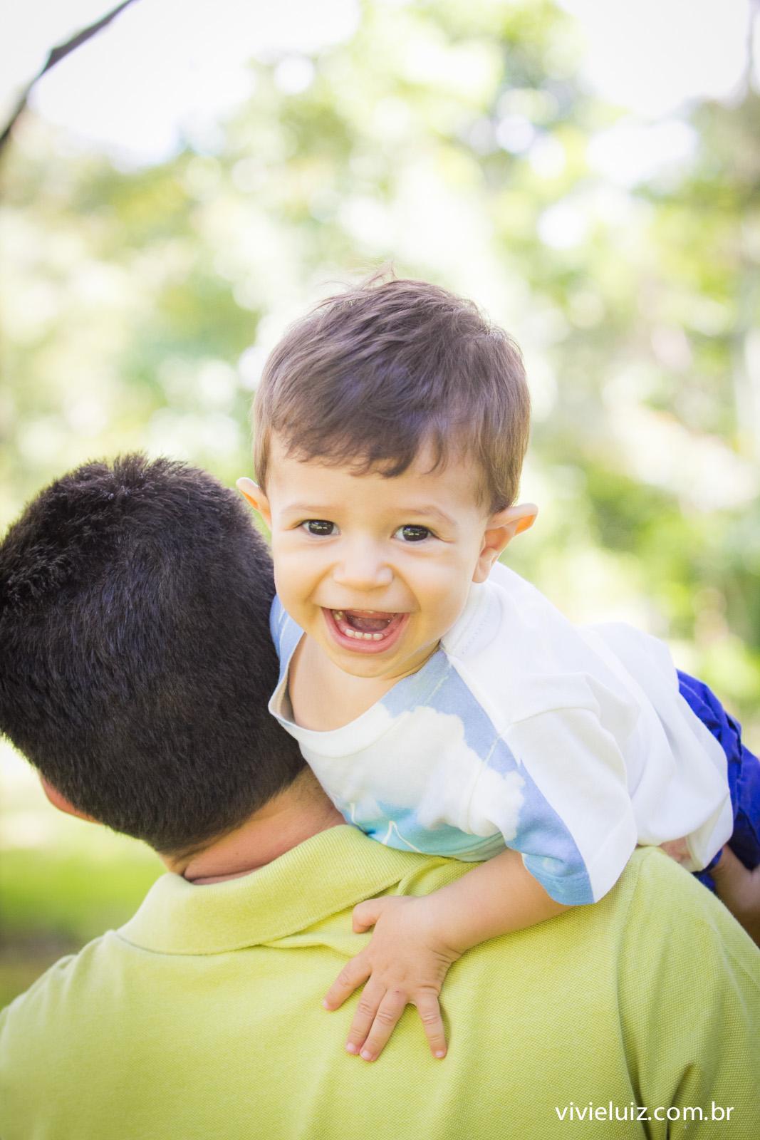pai levando filho no ombro