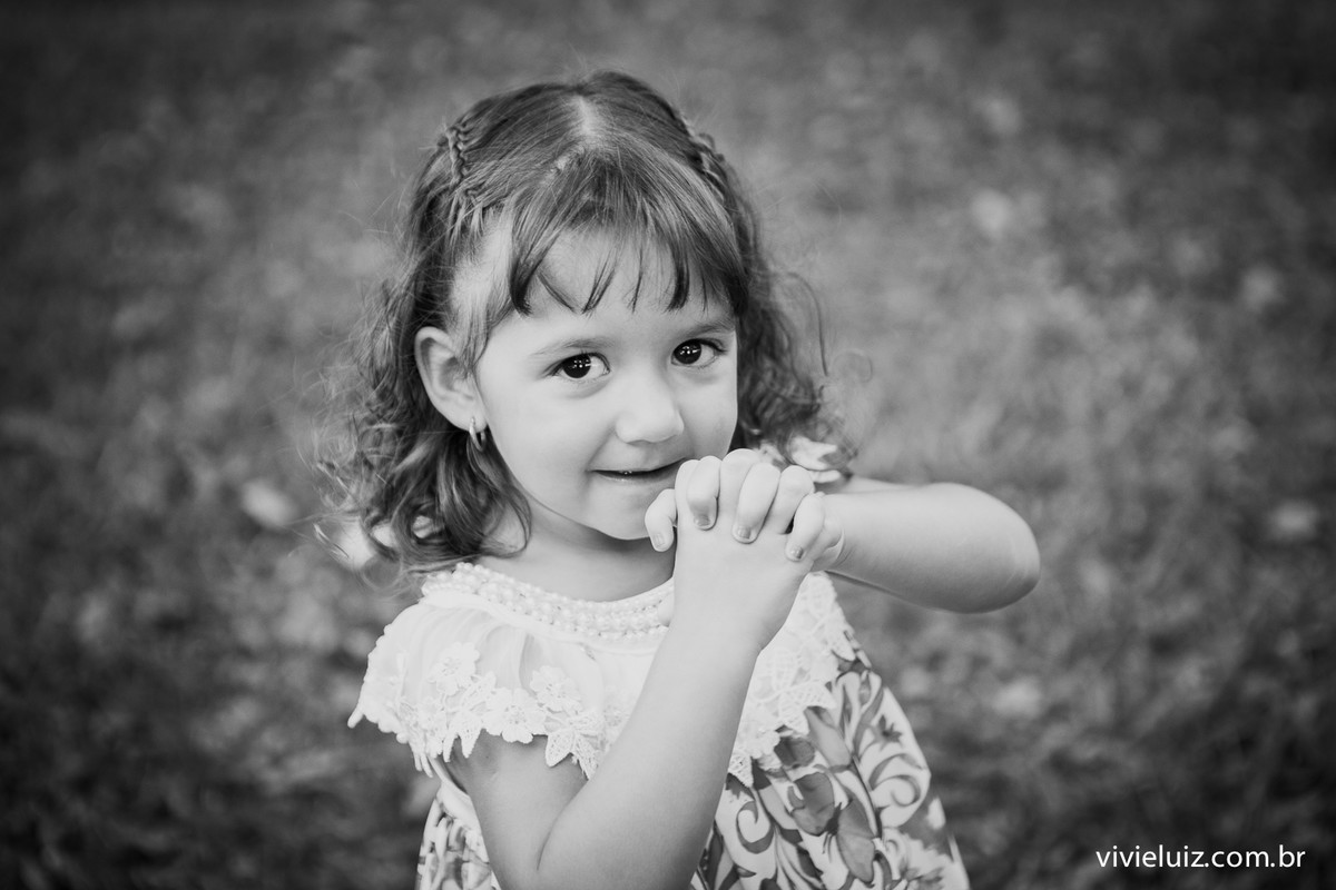 menina rezando no campo