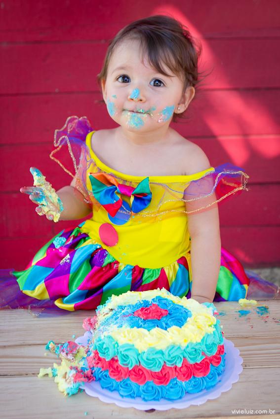 smash the cake de criança com vestido de palhaço