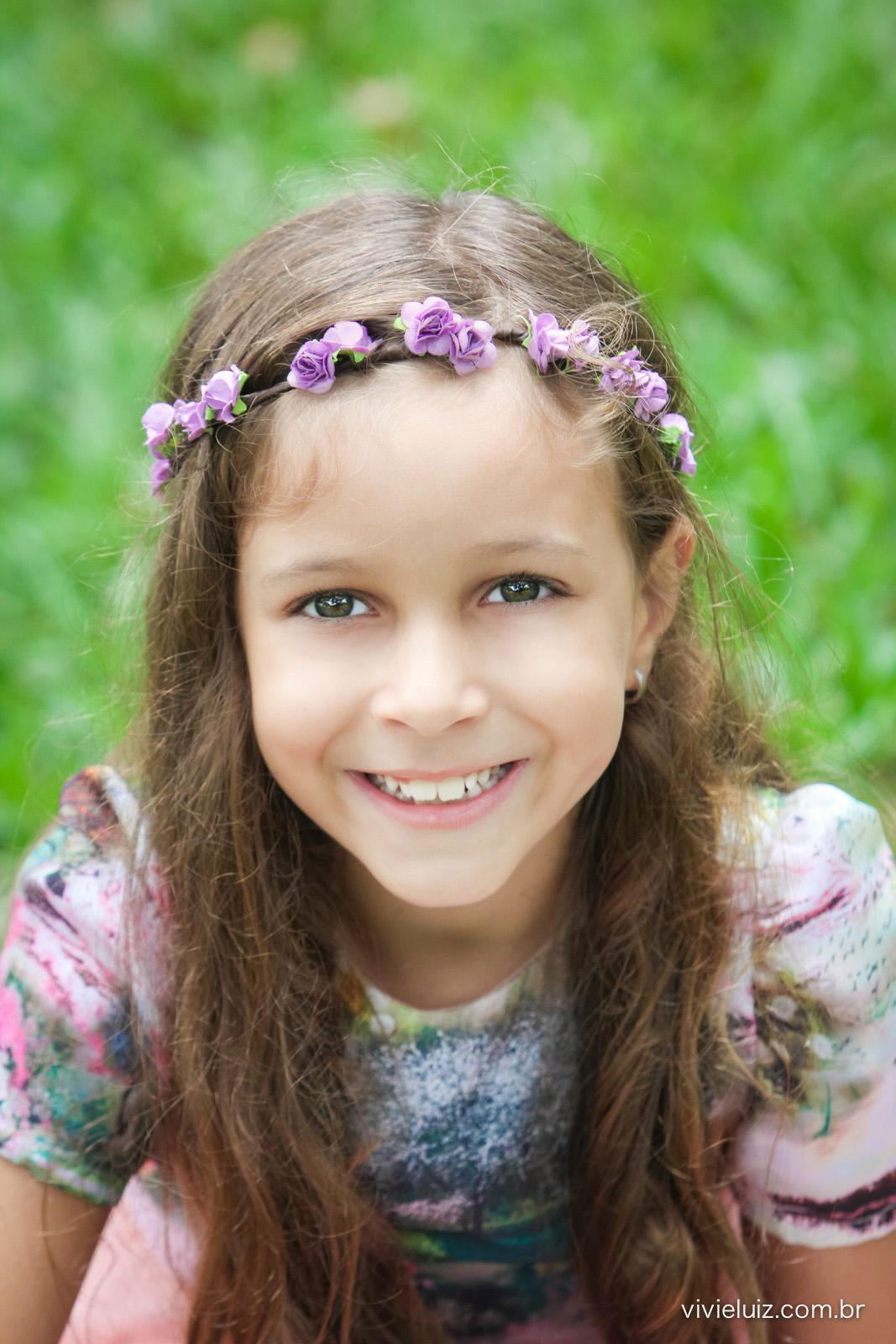 menina linda com tiara de flores