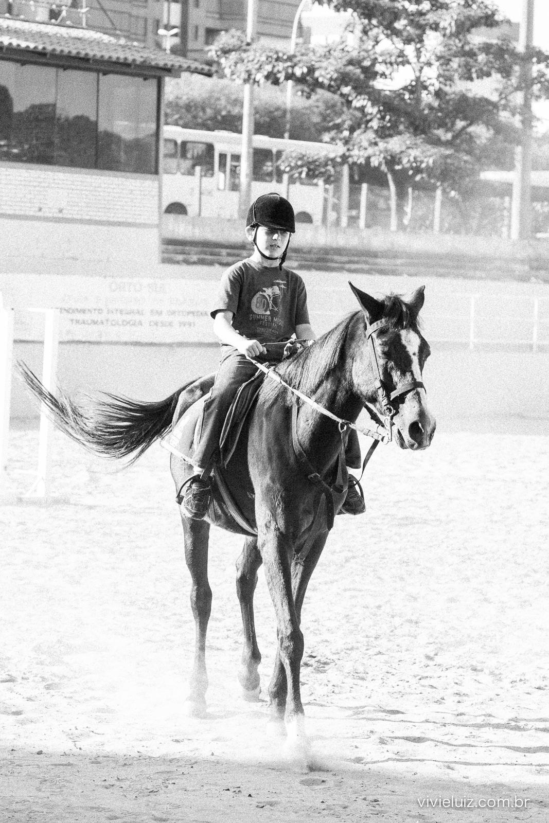 menino andando a cavalo